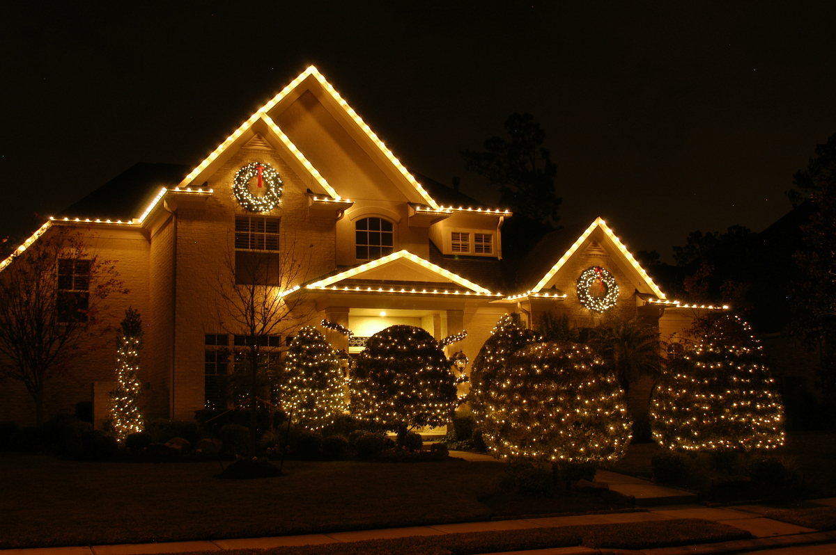 White mini lights and classic C9's make this home the epitome of a white Christmas. We wrapped the mature bushes of this gorgeous landscape with mini white lights and outlined the roofline with classic C9's. The result is breathtaking and delivers a white Christmas without a drop of snow.