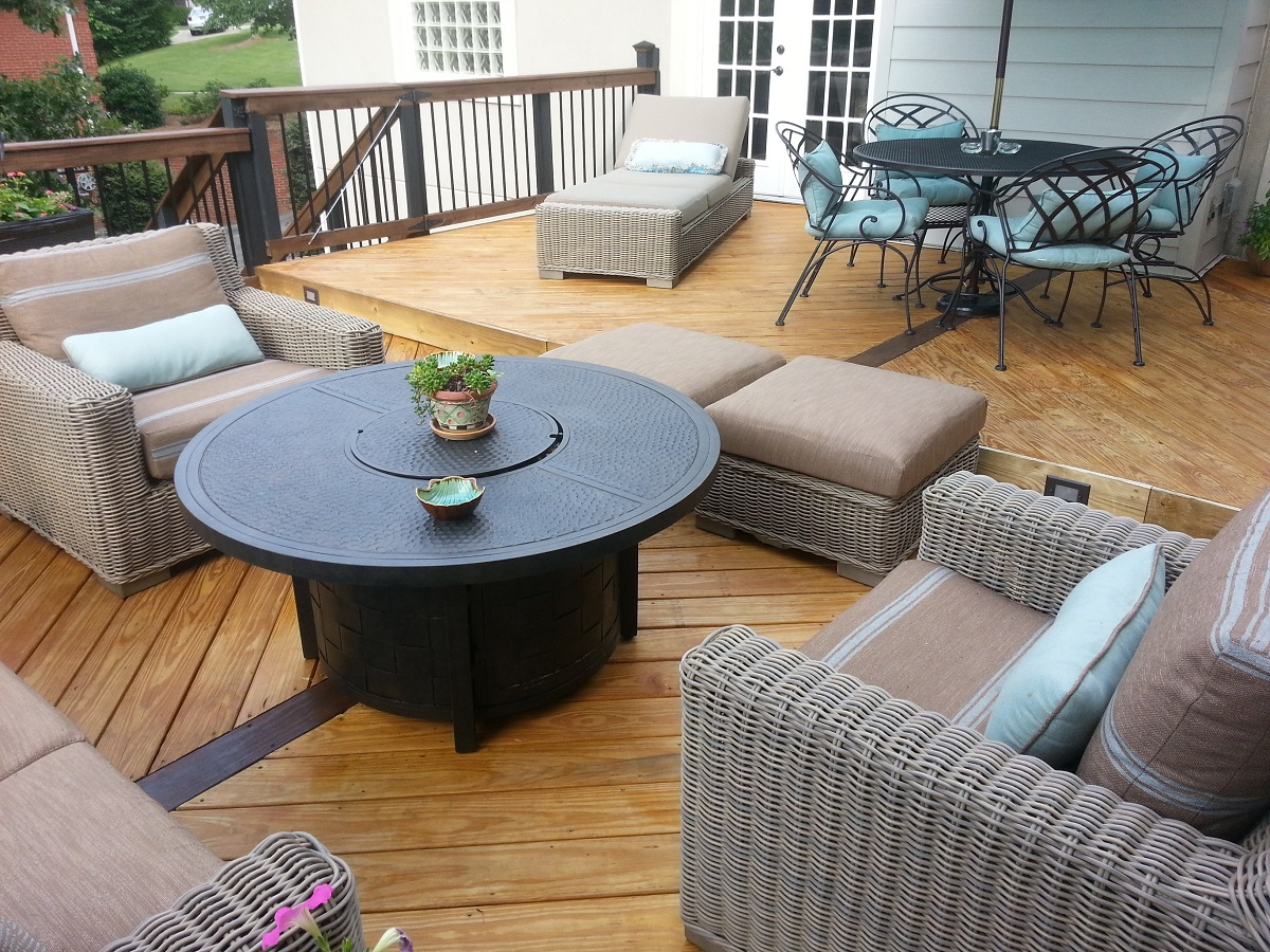 Spacious-bi-level-deck-design
