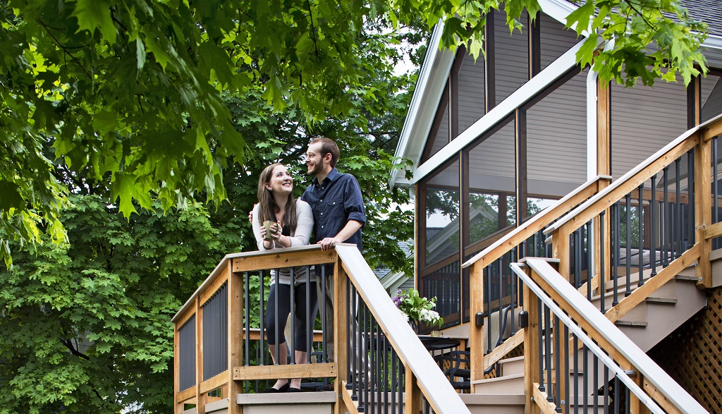 The-benefits-of-a-screened-porch-and-deck-pairing-are-endless