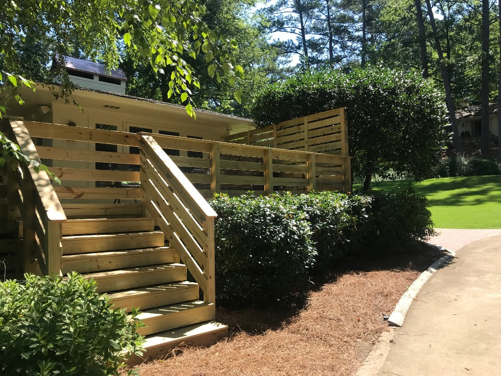 Deck-design-in-Mountain-Brook-embraces-privacy