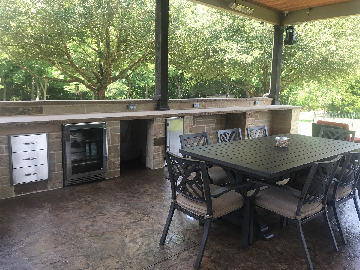 expansive-outdoor-kitchen-with-everything-but-the-kitchen-sink