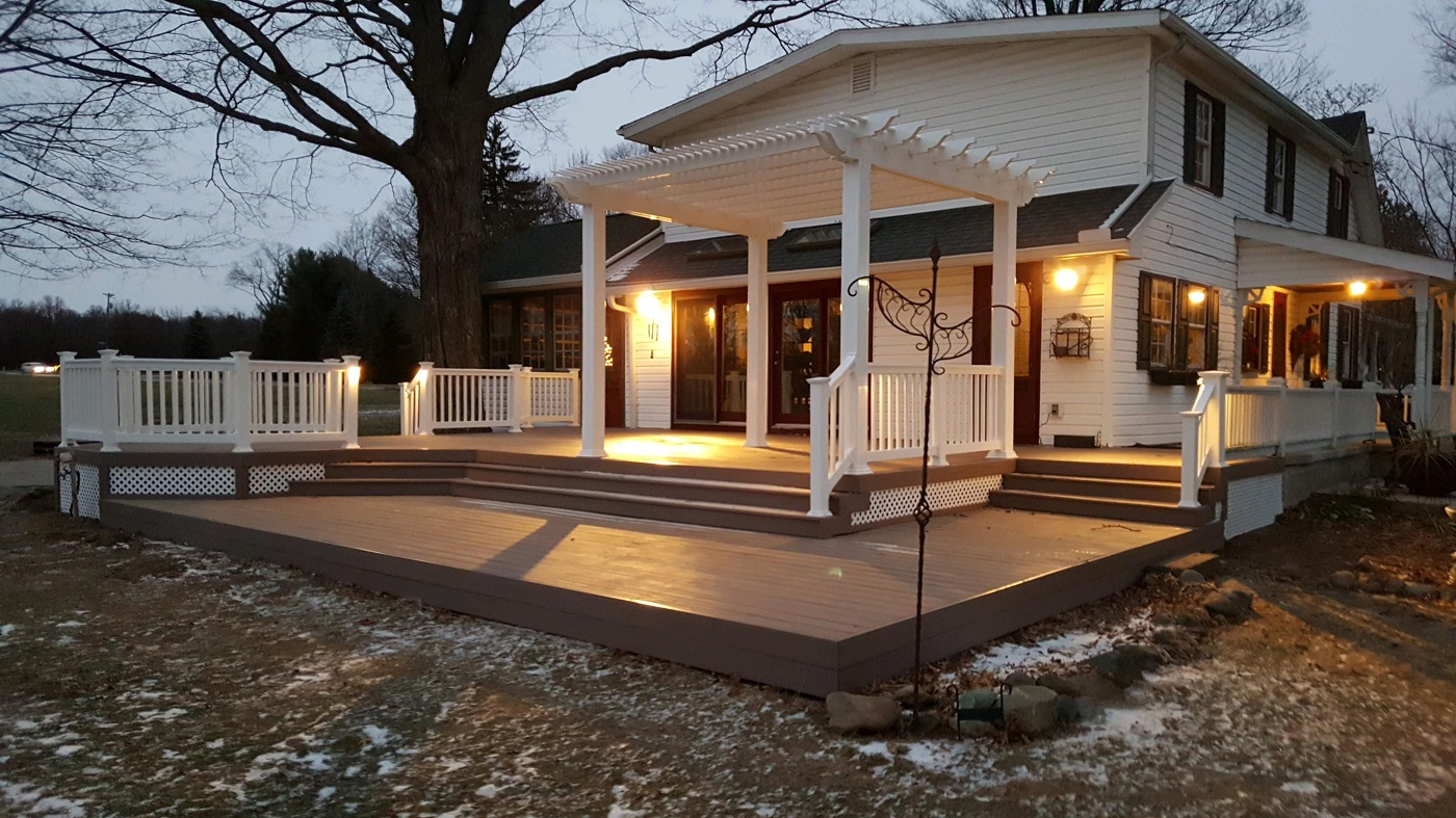 Fiberon-custom-low-maintenance-deck-in-Vandalia-OH-with-integrated-pergola