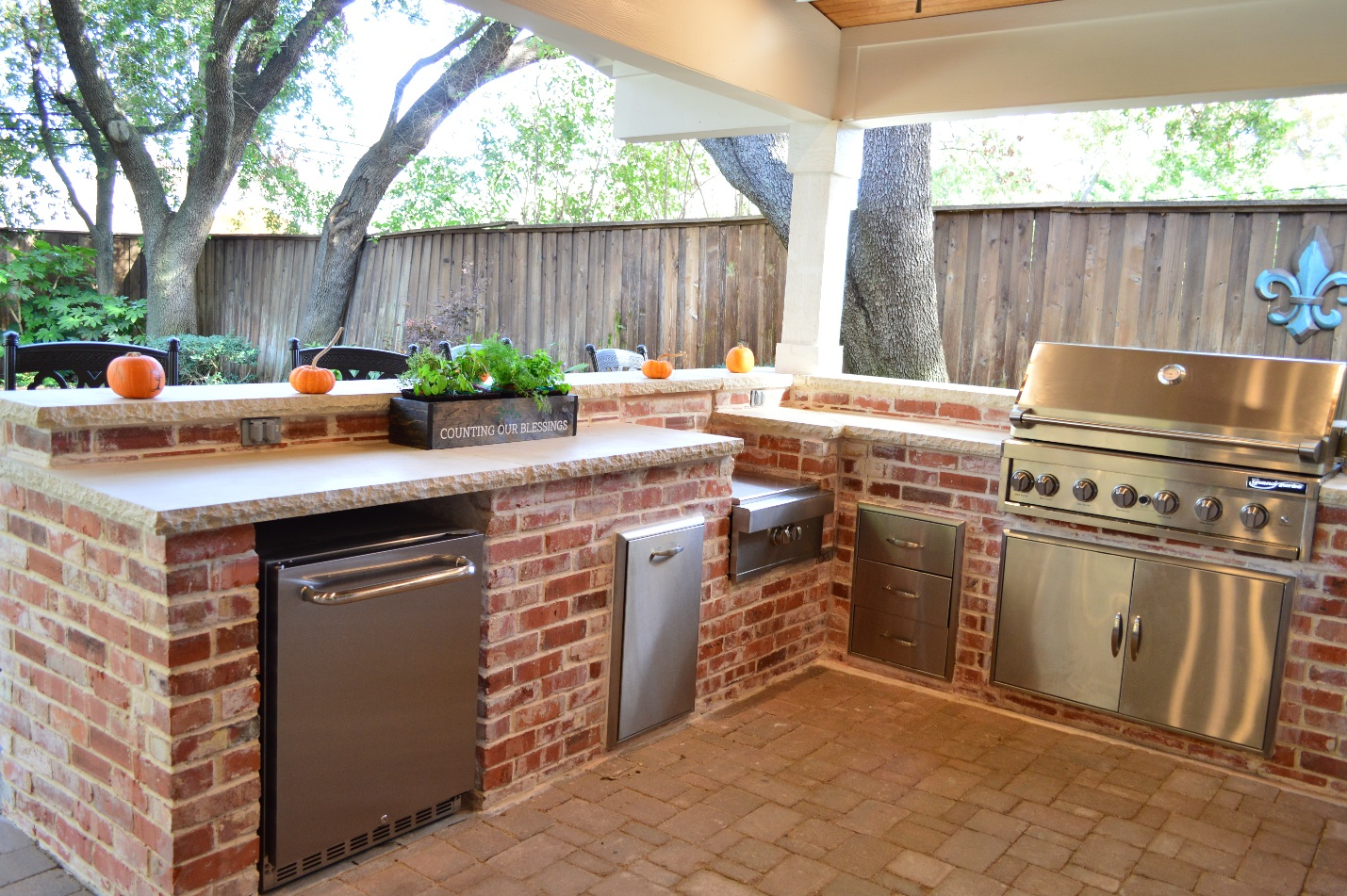 Dallas-covered-patio-with-custom-outdoor-kitchen