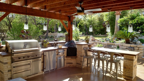 Outdoor-kitchen-and-overhead-pergola-featuring-a-polygal-cover