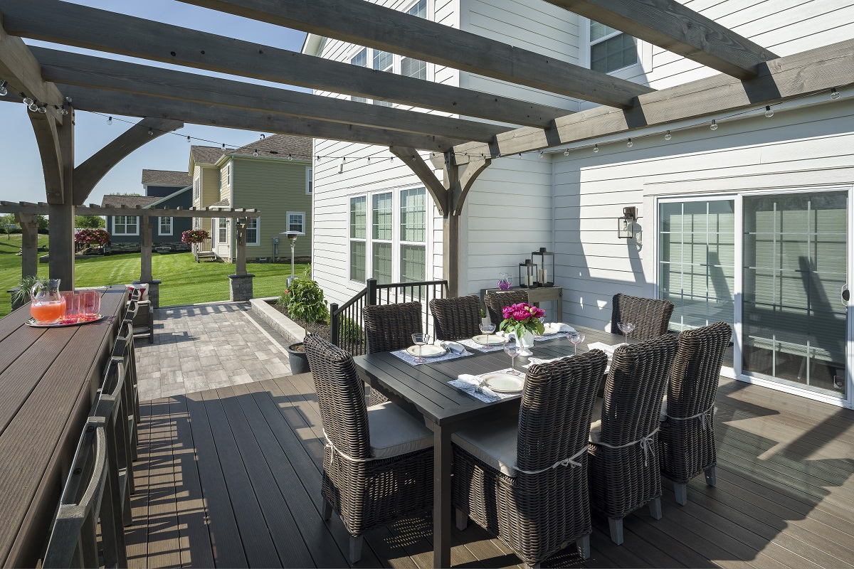 The-custoom-bar-area-improves-versatility-and-function-of-the-deck-design