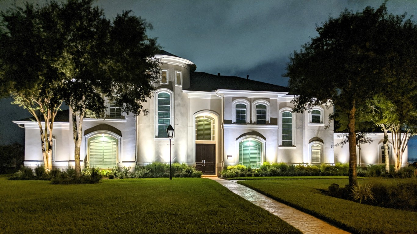 Pearland exterior home lighting