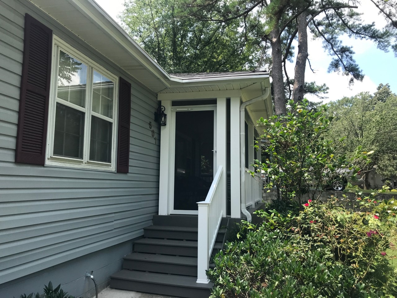 Exterior-view-of-front-entry-screened-porch