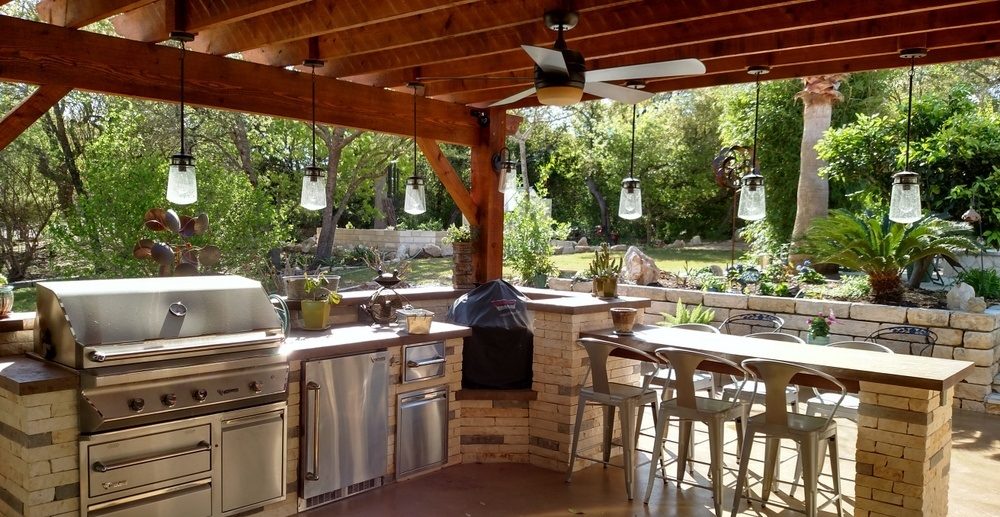 Poolside-outdoor-kitchen-with-pergola-featuring-a-polygal-cover