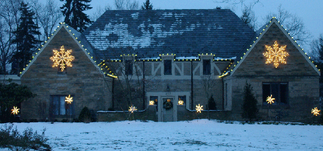 Outdoor holiday lighting design to enhance home beauty during holiday season