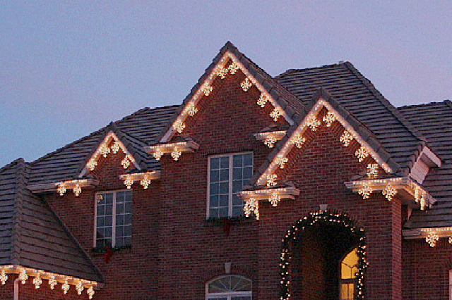 Roofline lighting for holiday lighting design