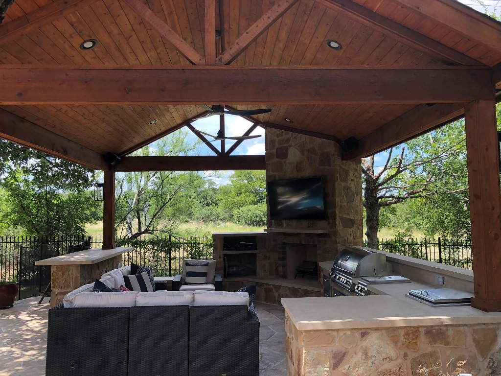 Eat-in-outdoor-kitchen-with-built-in-bar