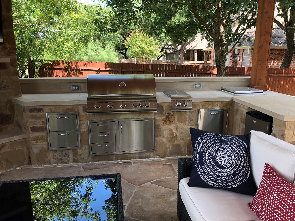 The-integrated-outdoor-kitchen-is-perfect-for-entertaining