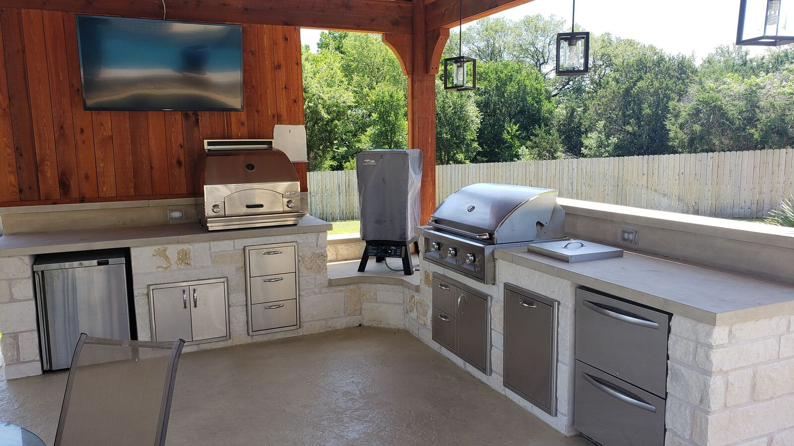 The-outdoor-kitchen-has-everything-an-outdoor-gourmet-needs
