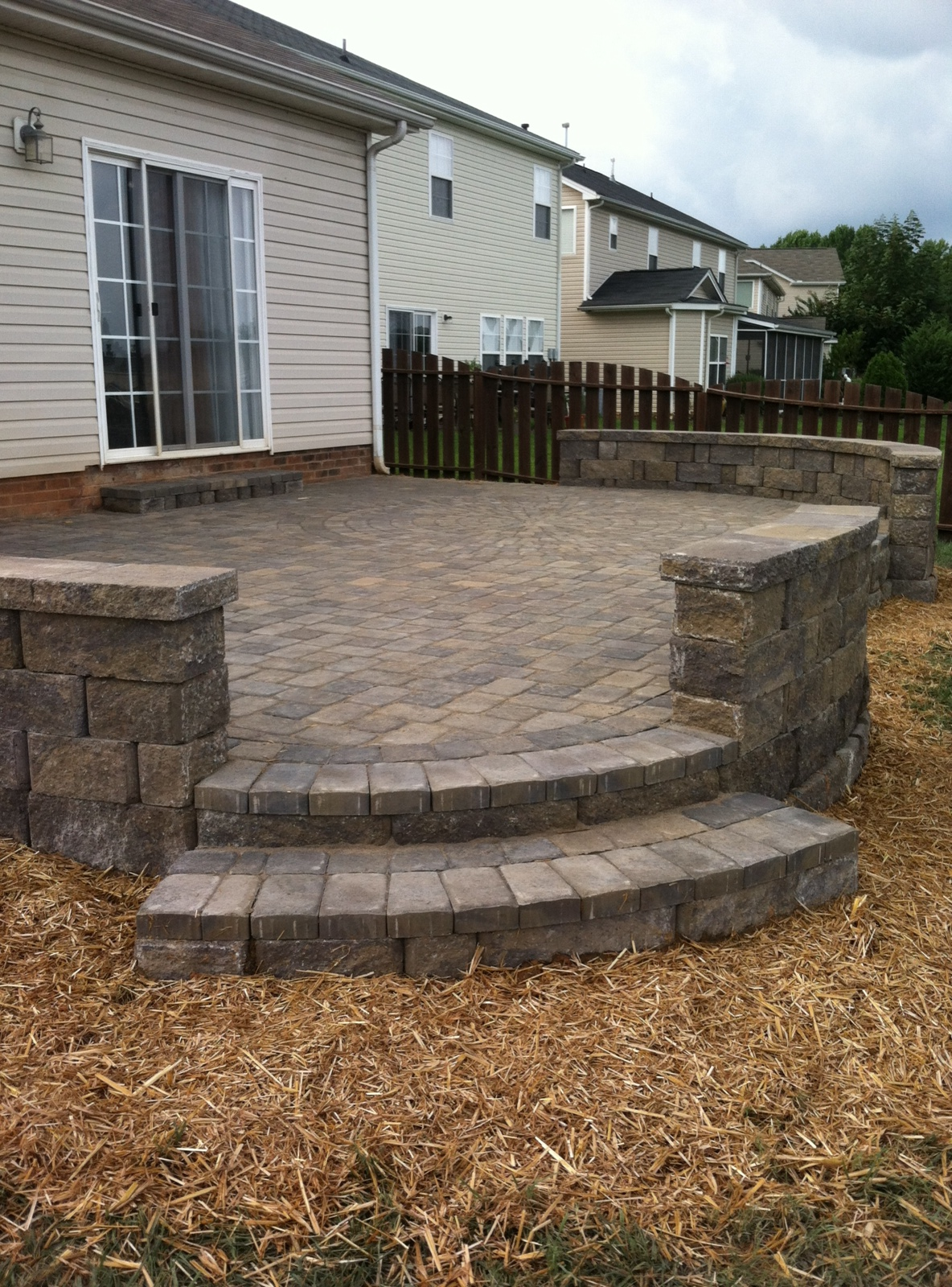 Paver-patio-with-retaining-wall