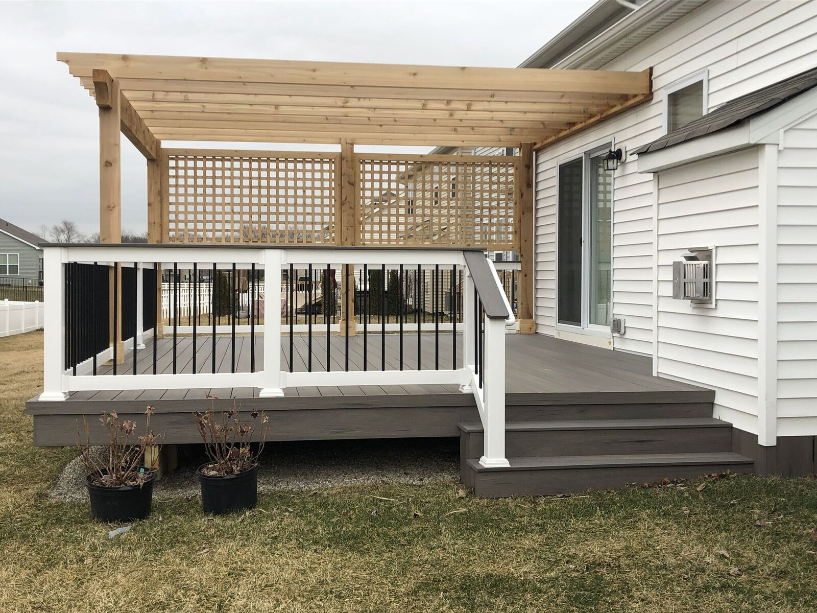 Don't-forget-the-custom-pergola-with-a-privacy-screen