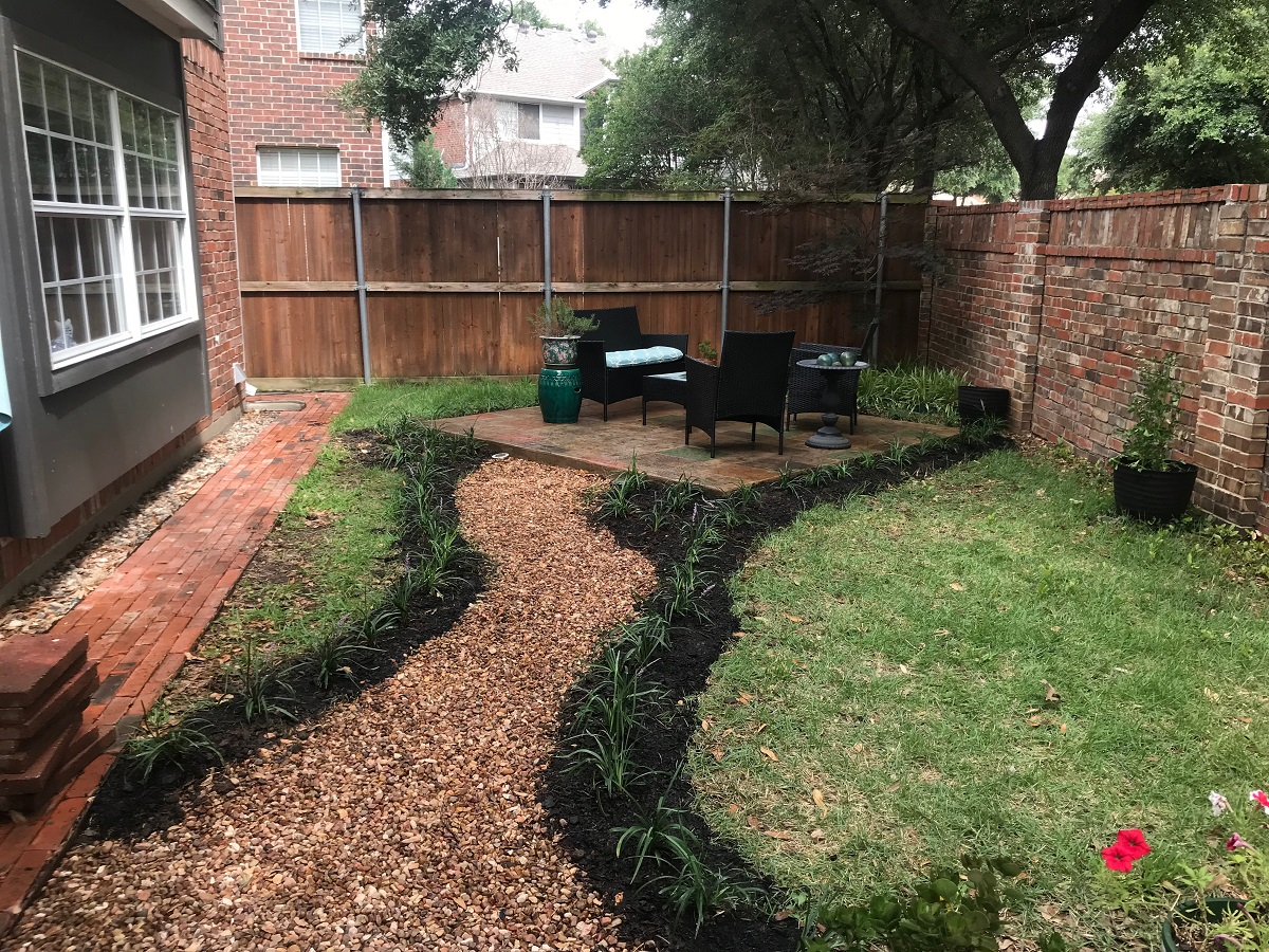 Softscapes-line-the-path-to-and-from-the-patios