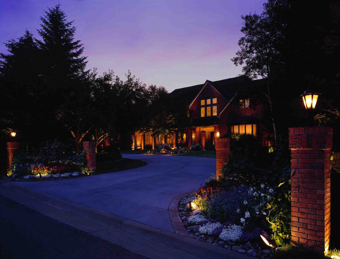 minneapolis landscape lighting near driveway