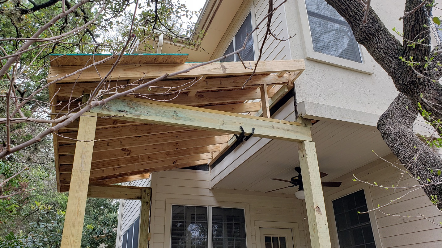The-porch-roof-is-installed