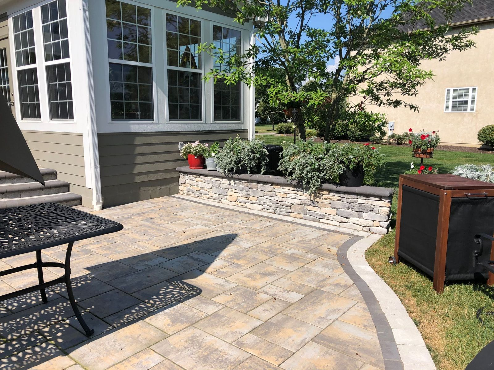 We-used-a-double-border-on-the-patio's-edge